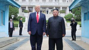 Donald Trump och Kim Jong-Un norr om gränsen mellan Nord- och Sydkorea 30.6.2019