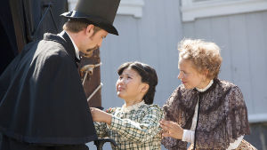Tsamo (Albina Tologonova) tittar vädjande på Simon (Wilhelm Grotenfelt) medan Alisa (Alma Pöysti) vill att Tsamo skall stanna hos henne.