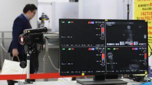 En kontrollstation med en värmekamera och fyra skärmar som visar information.