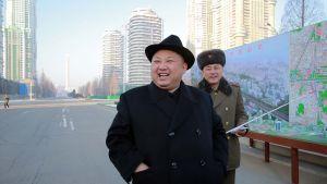 Nordkoreas Kim Jong-Un inspekterar ett nytt bostadsområde i Pyongyang i januari 2017.