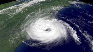 Orkanen Ophelia härjar ute på Atlanten.