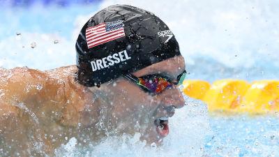 Caeleb Dressel simmar så att vattnet skvätter. Han är iklädd en svart simmössa.