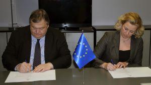 Grekiske finansministern Evangelos Venizelos och Jutta Urpilainen undertecknade avtalet i Bryssel 20.02.12