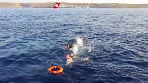 Italienska kustbevakningens hjälper migranter utanför Lampedusa.