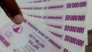 En bunt 50 miljonerssedlar i Zimbabwe