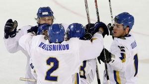 Kazakstans landslag i ishockey firar ett mål.