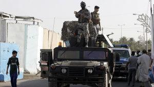 Irakiska polismän vid en vägspärr i norra Bagdad.