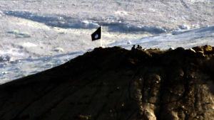 IS flagga vajar på en kulle nära staden Kobane i Syrien.