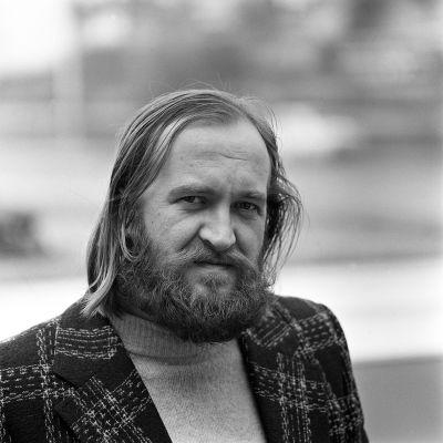 Puolilähikuvassa Timo K. Mukka. Henkilökuva.