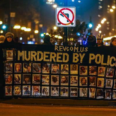 Protester i Chicago efter att åklagarmyndigheten släppte en video på när en vit polis skjuter ihjäl en svart tonåring.