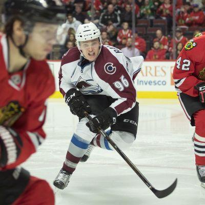 Vitklädda finska hockeyspelaren Mikko Rantanen i full fart under match.