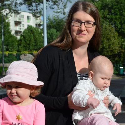 Linda Eriksson med sina barn i en lekpark
