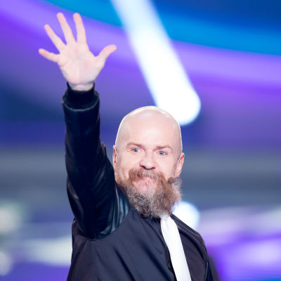 Alexander Bard viftar med ena handen.