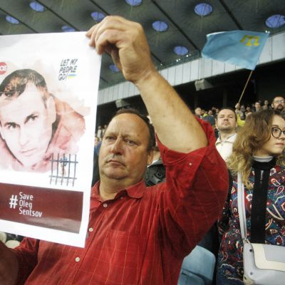 En ukrainsk man håller under fotbolls-VM i Ryssland upp en bild på den fängslade ukrainska filmregissören Oleg Sentsov.