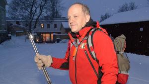 Långfärdsskridskoåkare Jöns Aschan med vassa stavar.