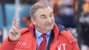 Vladislav Tretiak visar segertecknet