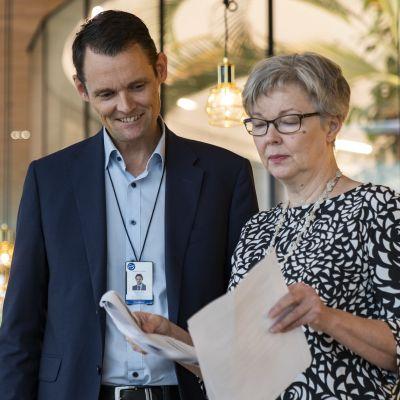 henkilökuva - Markus Hellström, Fazer Makeiset -yhtiön toimitusjohtaja keskustelee assistentin, Anne Seppälän kanssa päivän agendasta