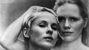 Bibi Andersson och Liv Ullman i närbild i filmen Persona.