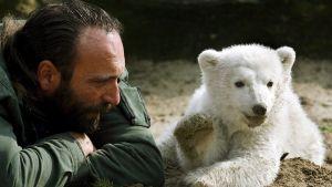 Isbjörnsungen Knut och hans vårdare Thomas Dörflein i Berlins zoo 23 mars 2007.
