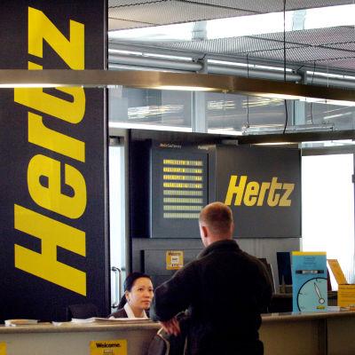 En kund vid Hertz biluthyrningsdisk.