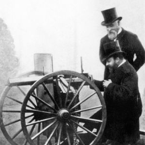 Maxim-konekivääriä esitellään Walesin prinssille n. vuonna 1900