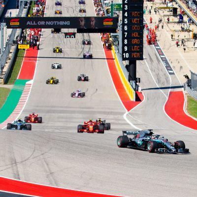 F1-bilar kör på banan i Austin