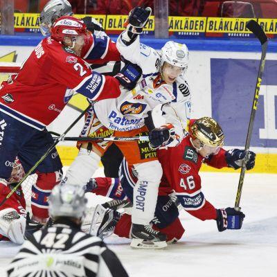 Matt Generous och Teemu Ramstedt kämpar med Tapparas Jere Karjalainen.
