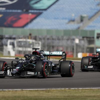 Lewis Hamilton kör framför Valtteri Bottas i Silverstone.