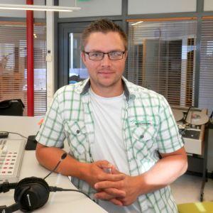 Peter Roos, i studion i Jakobstad, är ny rektor för musikinstitutet.