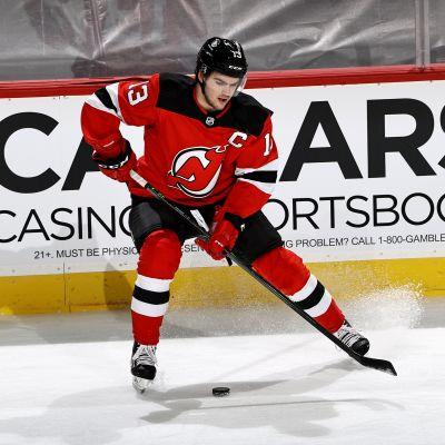 Nico Hischier (nro 13) on valittu New Jersey Devilsin kapteeniksi