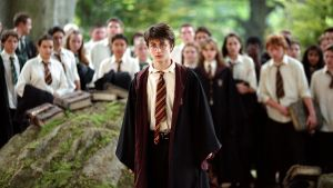 Daniel Radcliffe muiden oppilaiden ympäröimänä.