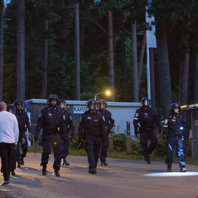 Polispatruller promenerar vid Sandudds badstrand.
