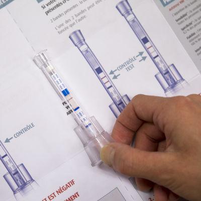 Hemtestet för hiv mäter halten av antikroppar mot hiv i blodet från en fingertopp.