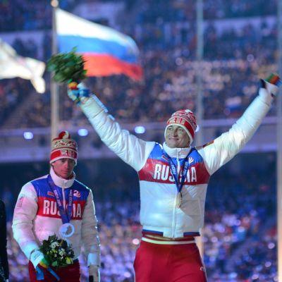 Femmilsmedaljörerna Maksim Vylegzjanin, Aleksandr Legkov och Ilja Tjernousov på prispallen i Sotji år 2014.