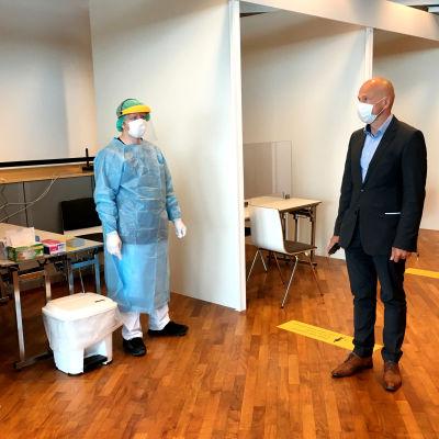 Vantaan apulaiskaupunginjohtaja Timo Aronkytö tutustuu koronatestauspisteeseen lentokentällä.