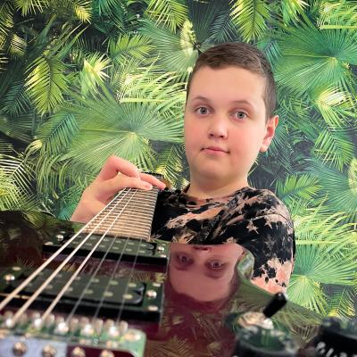 Eric Iljin soittaa kitaraa.