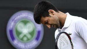 Novak Djokovic ser plågad ut i Wimbledon.