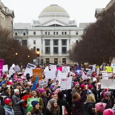 Kvinnor demonstrerade framför Kapitolium i Washington DC.