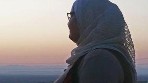 Nahla Hewidy i silhouett mot solnedgång.
