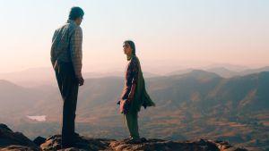 Mies ja nainen vuoristomaisemassa. Kuva elokuvasta Mitä meistä puhutaan.