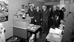 Kekkonen bekantar sig med Yles resultatservice vid riksdagsvalet 1970