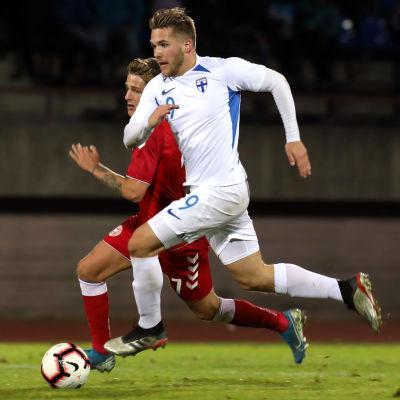 Benjamin Källman avancerar med bollen.