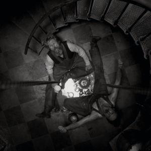 Ephraim (Robert Pattinson) och Thomas (Willem Dafoe) sitter på golvet i fyren och super och skriker.