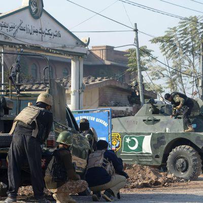 Soldater efter en talibanattack mot skola i Pakistan.