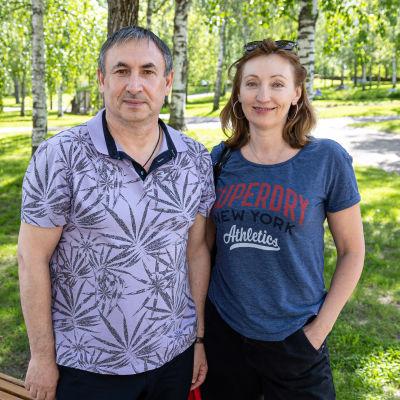 Venäläiset Igor Kostenko ja Svetlana Panteleimonova saapuivat Suomeen ja matkaavat mökilleen Äitsaareen.