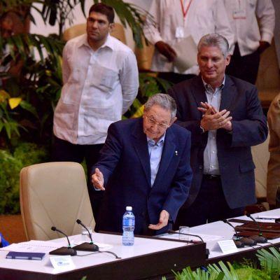Vallankumousjohtaja Fidel Castro (2. vas.) sai suosionosoitukset Kuuban kommunistisen puolueen kongressissa Havannassa tiistaina. Presidentti Raul Castro valittiin jatkokaudelle puolueen johdossa.