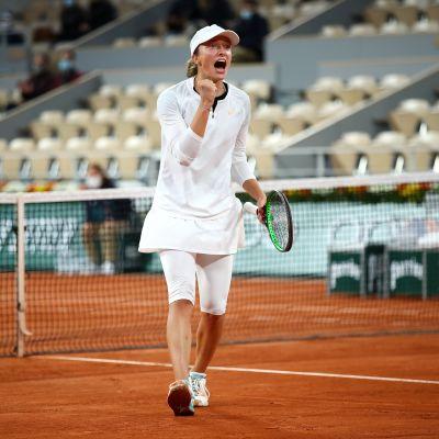 Iga Swiatek tuulettaa voitettuaan Simona Halepin Ranskan avoimissa.