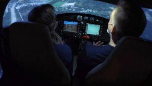 Sonja Kailassaari och Janne Grönroos provar en flygsimulatior i Efter Nio.
