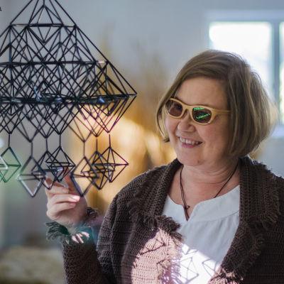 Himmelist Eija Koski med en av hennes mobiler.