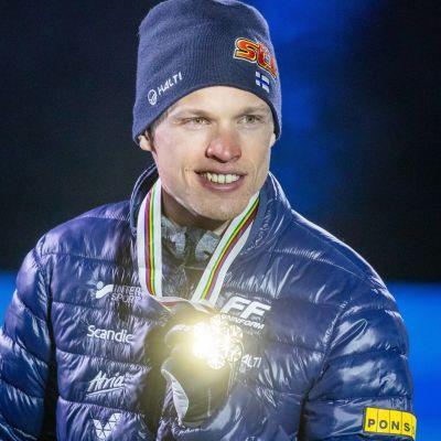 IIvo Niskanen visar upp sin VM-medalj.